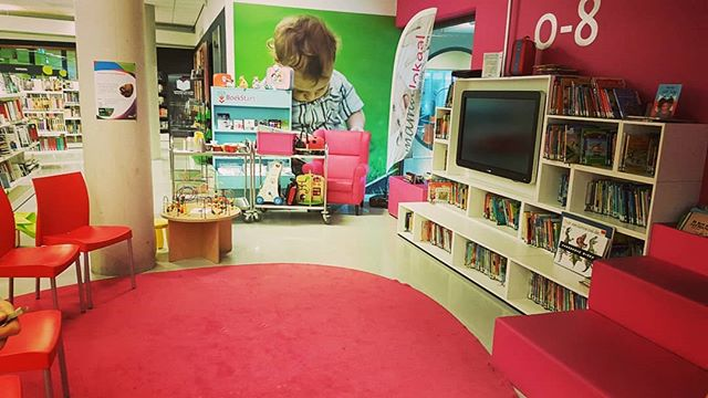 Wij staan voor jullie klaar! Kom naar het Bibliotheek Idea Bilthoven en speel met speelgoed uit de Speel-o-theek. Tot zo! #SpeelotheekDeBilt.nl #spelenindebieb #speelgoed #mamalokaal #toylibrary #duurzaam #sustainable